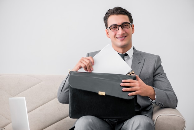 ビジネスコンセプトでブリーフケースを持ったビジネスマン