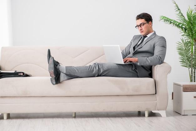 ソファーに横になっている青年実業家