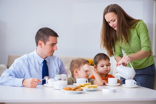 家で一緒に朝食を食べて幸せな家族