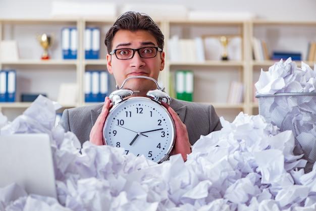 Бизнесмен в концепции утилизации бумаги в офисе