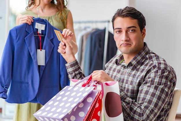 買い物のため借金をする男