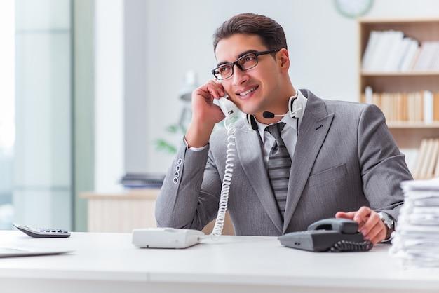 Оператор колл-центра разговаривает по телефону