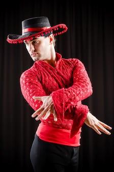 赤い服でスペイン舞踊を踊る人