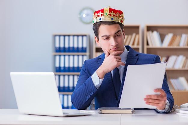 オフィスで働く王の実業家