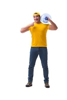 分離された水のボトルを提供する男