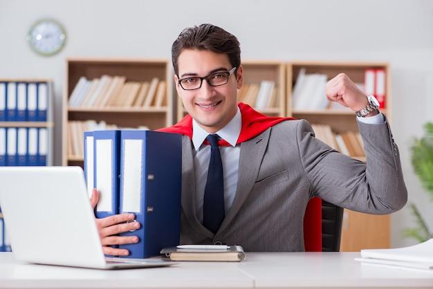 オフィスで働くスーパーヒーローの実業家