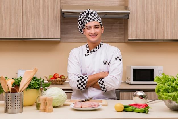 Молодой шеф-повар работает на кухне