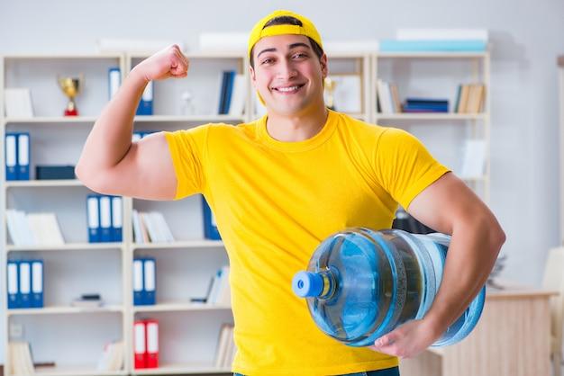 オフィスに水のボトルを提供する男