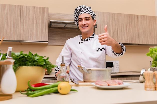 キッチンで働く若いシェフ