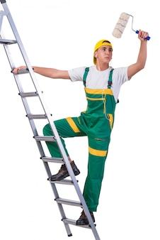 Лестница молодого художника-ремонтника взбираясь изолированная на белизне