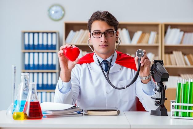 Доктор супергероя работает в лаборатории больницы