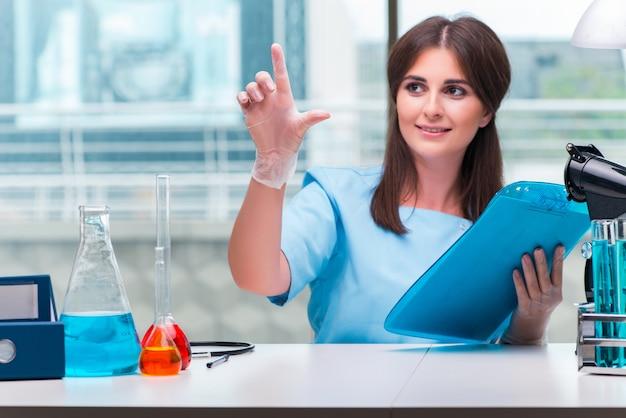 ラボで働く若い女性医師