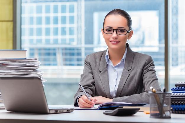 Молодая коммерсантка работая в офисе