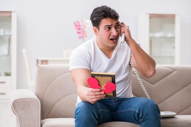悲しい聖バレンタインコンセプトの若い男