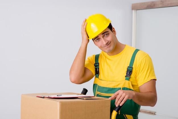 家の移動中にボックスを提供する男