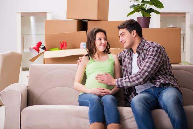 Молодая пара мужчина и беременная жена ожидают ребенка