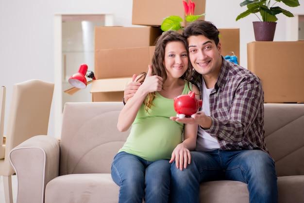 若いカップルが生まれる赤ちゃんのためにお金を節約
