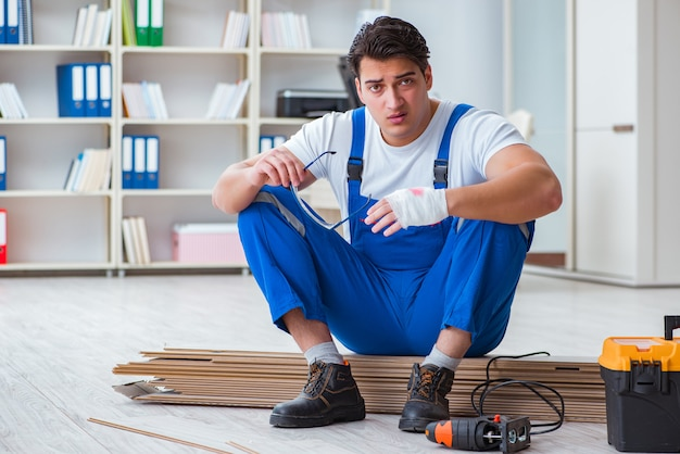 床ラミネートタイルに取り組んでいる若年労働者