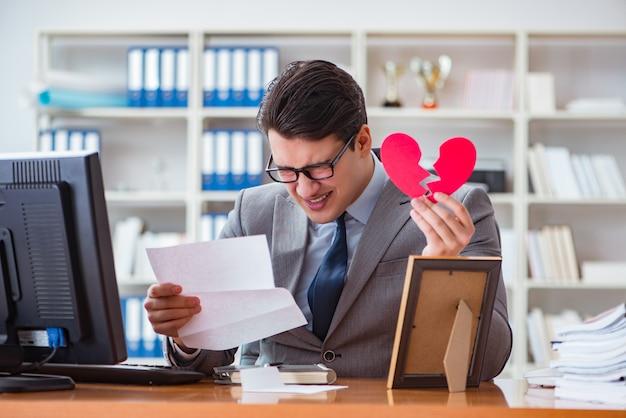 Бизнесмен в концепции святого валентина в офисе