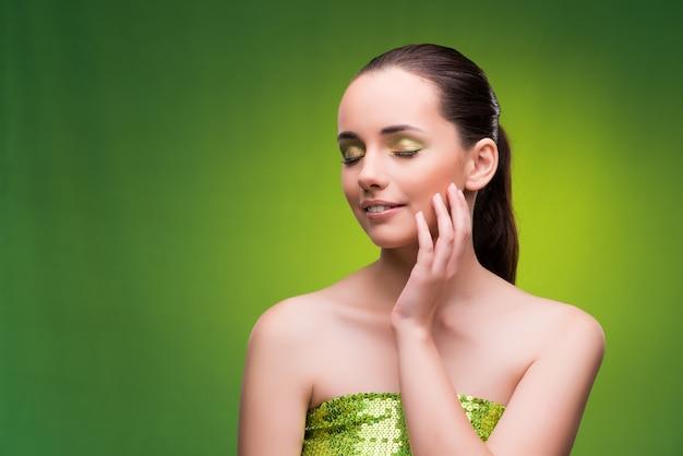 緑の美しさの概念の若い女性