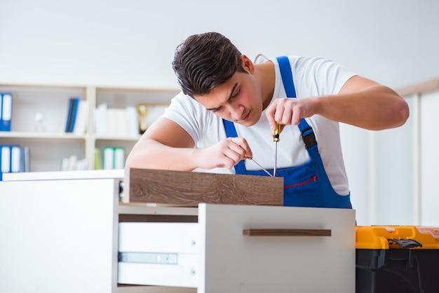 家具の修理と組み立てのコンセプト