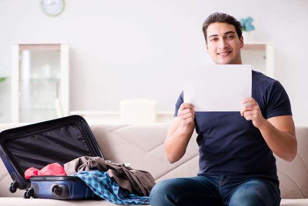 Человек собирается в отпуск, собирая чемодан