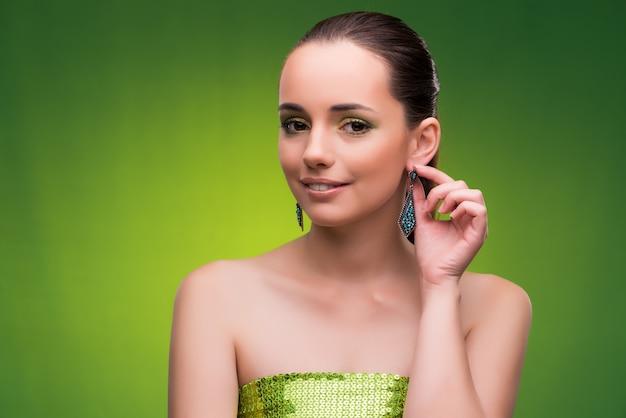 Молодая женщина в концепции красоты на зеленый