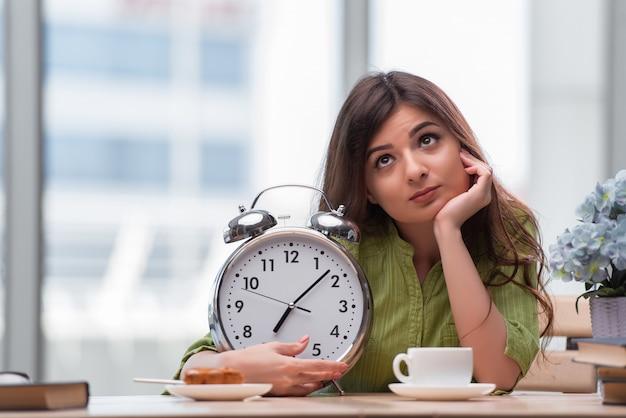 試験の準備をするジャン目覚まし時計を持つ学生