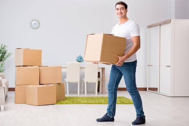 若い男が自宅でボックスを移動