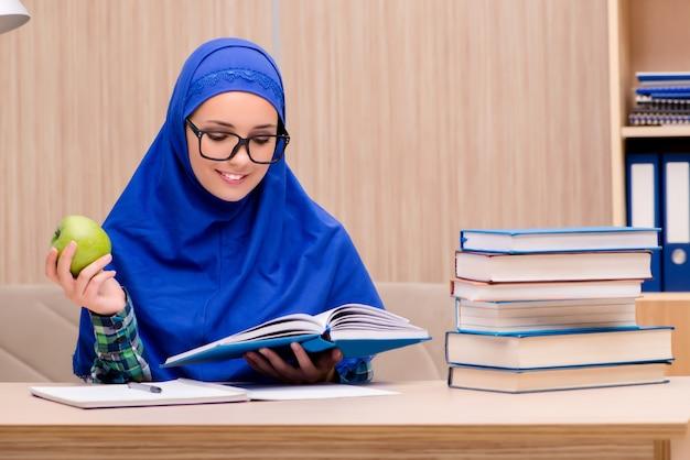 イスラム教徒の少女の入学試験の準備
