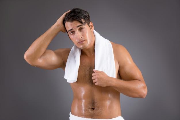 シャワーを浴びた後ハンサムな男