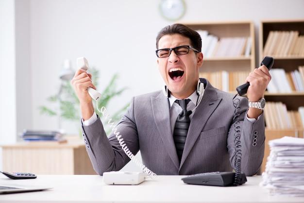オフィスで叫んで怒っているヘルプデスクオペレーター