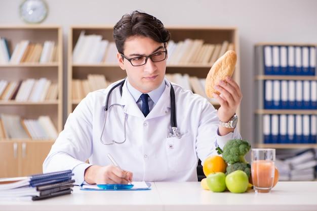 Доктор в диете концепции с фруктами и овощами