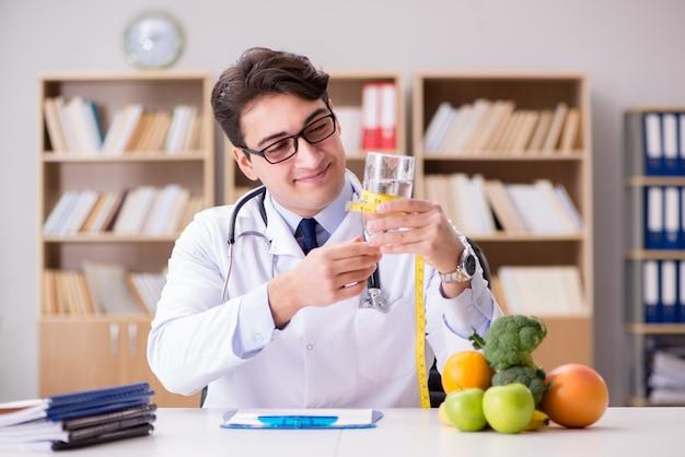果物と野菜でダイエットの概念の医師