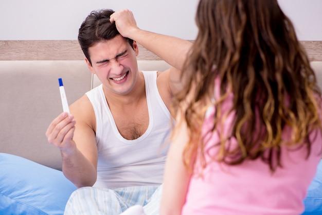 男性の夫は妊娠検査結果について怒っています