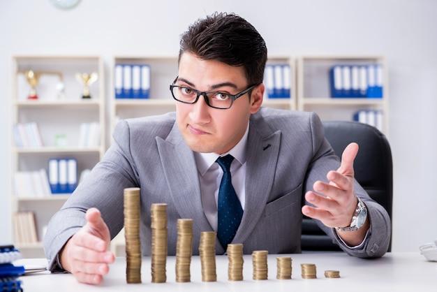 Бизнесмен с золотыми монетами в концепции роста бизнеса