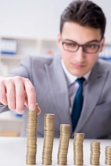 ビジネス成長の概念で黄金のコインを持ったビジネスマン