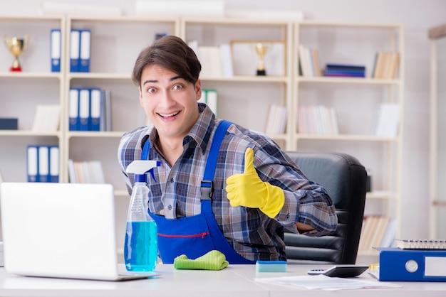 オフィスで働く男性のクリーナー