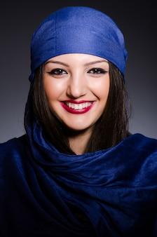ファッションの概念でスカーフを持つイスラム教徒の女性
