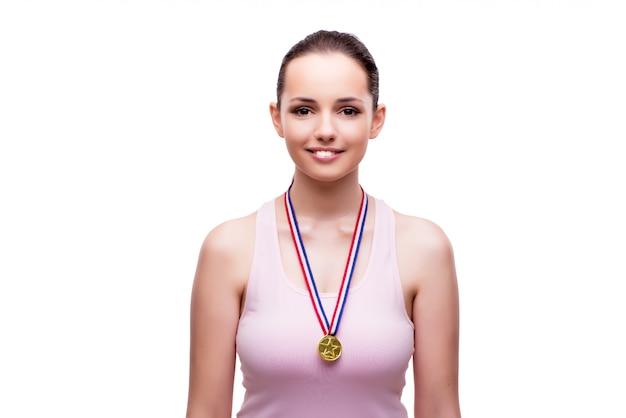 白で隔離される金の勝者のメダルを持つ若い女性