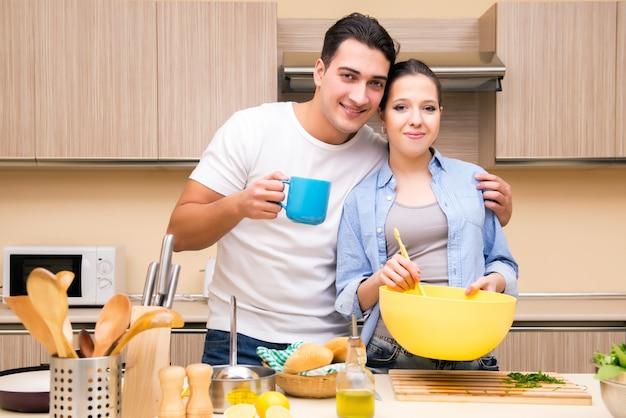 キッチンで若い家族