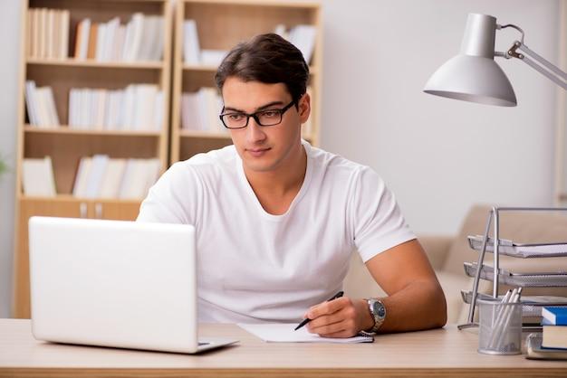 Молодой человек, работающий в офисе