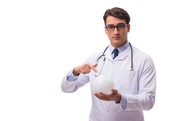 白で隔離水晶玉を持つ医師