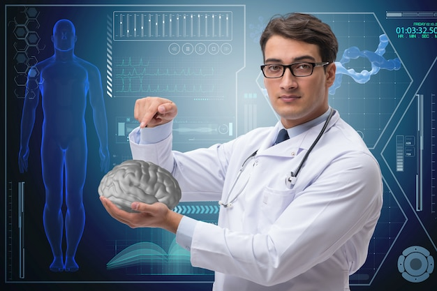 Мужской доктор с мозгом в медицинской концепции