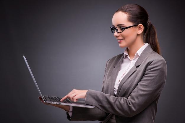 Деловая женщина с ноутбуком