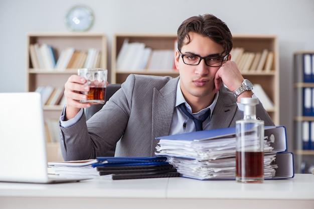 オフィスで飲むビジネスマン