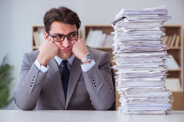 Бизнесмен занят с оформлением документов в офисе