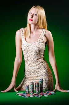 Молодая женщина в концепции азартных игр казино