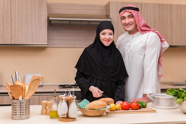 キッチンで若いアラブ家族