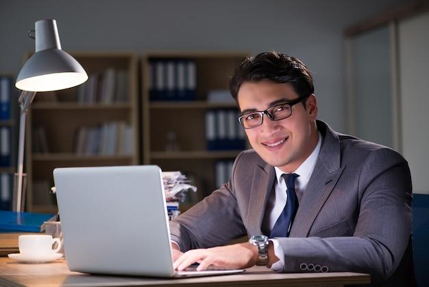 Бизнесмен в офисе на долгие часы